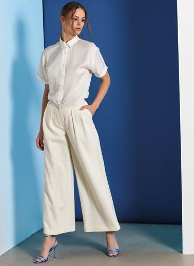 Zeynep Ökmen Belinde Deri Detyalı Geniş Paça Pantalon Beyaz